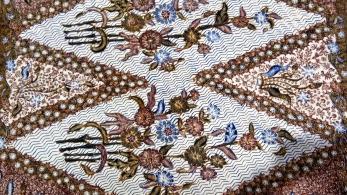 Indonesian Batik Heritage and Rural Tourism. The case of iWareBatik website and mobile app.