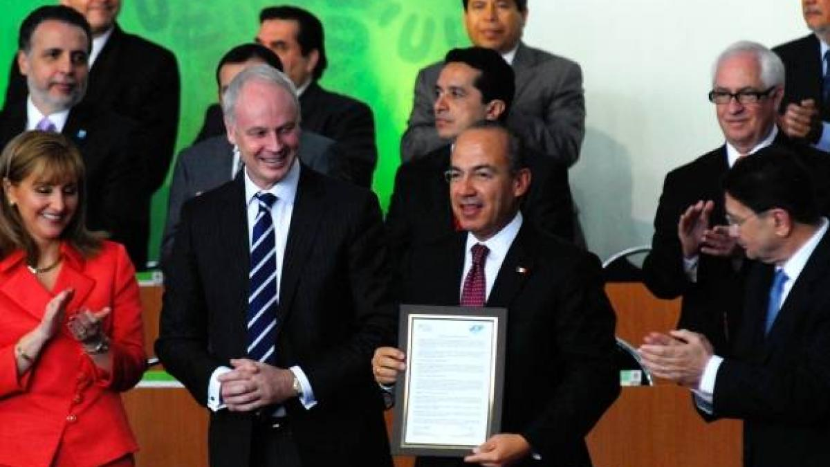 """Signature of the """"Golden Book"""" of Travel and Tourism. Mexico City, Mexico. 28 February 2011"""