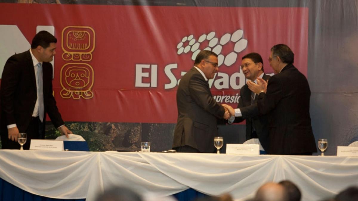 """El Salvador firma """"Libro de Oro"""" de la Organización Mundial del Turismo"""